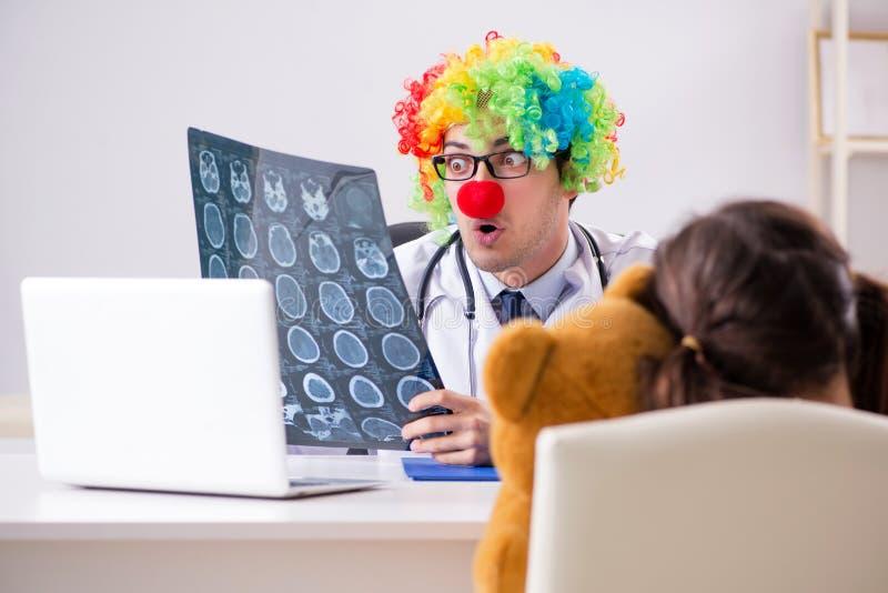 Śmieszny pediatra z małą dziewczynką przy miarowym badania kontrolne obraz stock