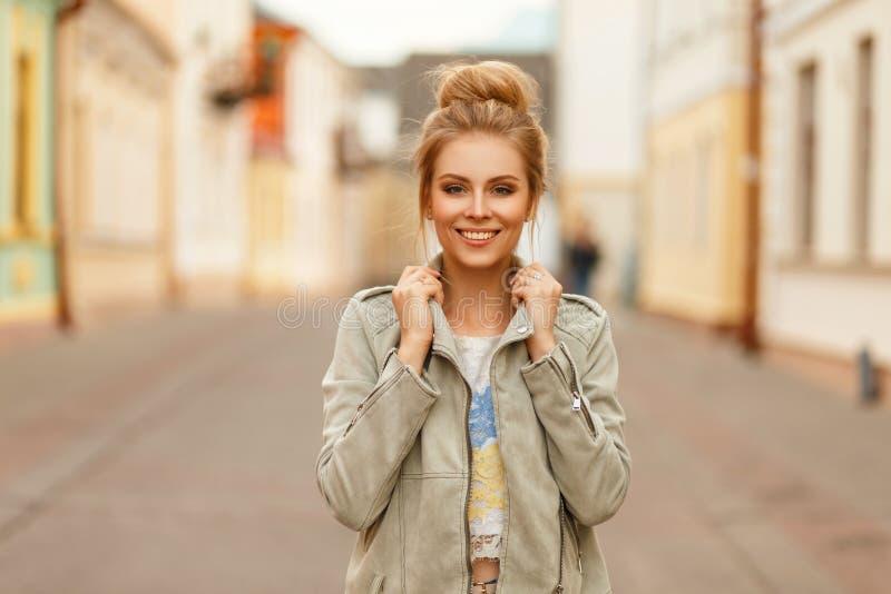 Śmieszny piękny szczęśliwy kobiety ono uśmiecha się Elegancka wzorcowa kobieta zdjęcia stock