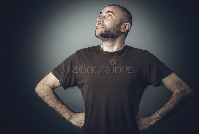 Śmieszny portret caucasian mężczyzna pozuje nadczłowiekiem zdjęcie royalty free