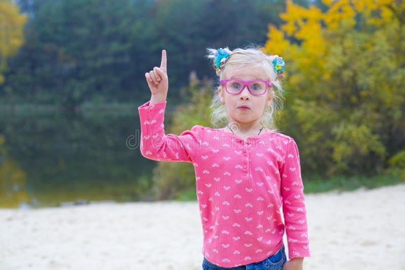 Śmieszny portret emocjonalna dziewczyna w różowych szkłach zdjęcia royalty free