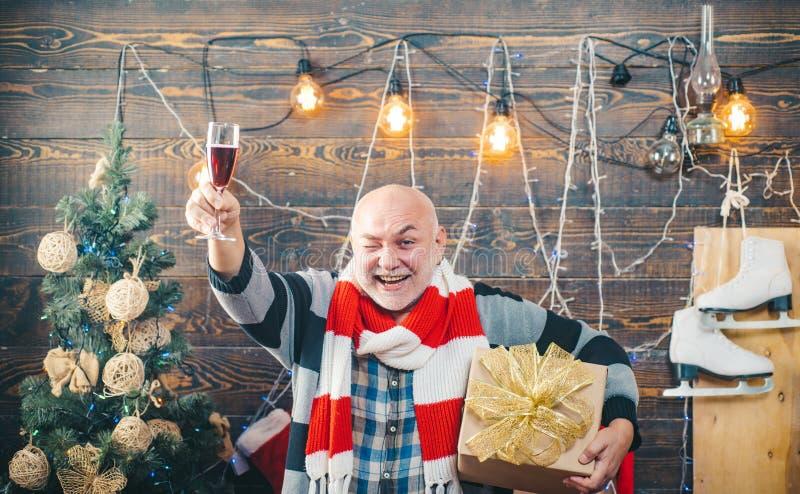 Śmieszny Santa życzy Wesoło boże narodzenia i Szczęśliwego nowego roku szampan świąteczny wigilii prezentów wakacje wiele ornamen obraz royalty free