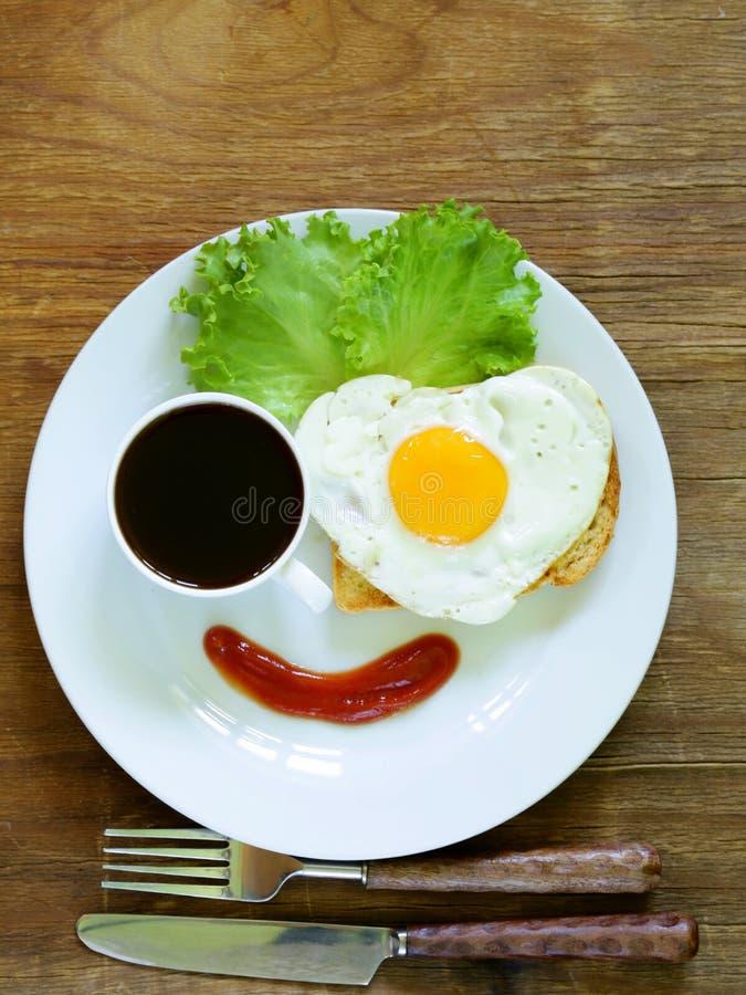Śmieszny twarzy porci śniadanie, smażący jajko, grzanka zdjęcie royalty free