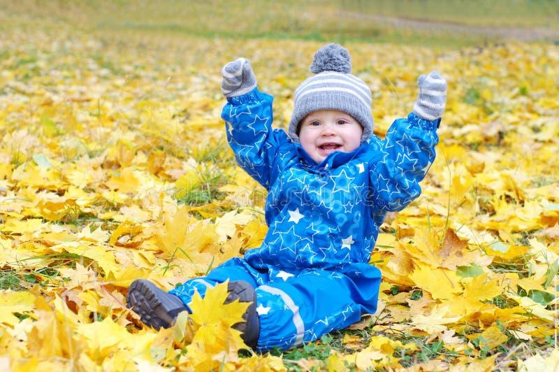 Śmieszny uśmiechnięty dziecko wiek 1 rok outdoors w jesieni fotografia stock
