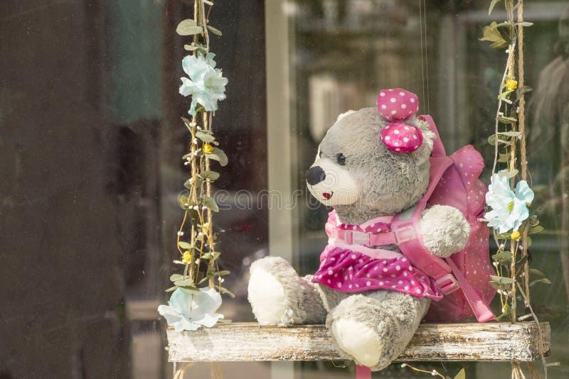Śmieszny zabawka niedźwiedź na pięknym drewnianym totter obrazy royalty free