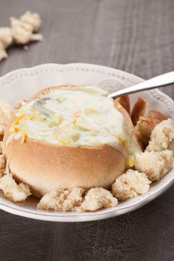 Śmietankowa brokułu cheddaru polewka z poszarpanymi chlebowymi kawałkami zdjęcia stock