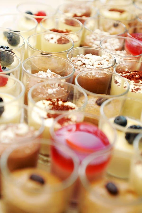 Śmietankowi desery w szkłach zdjęcia stock