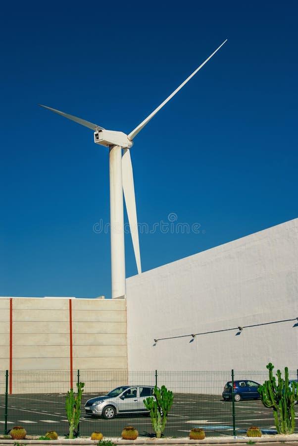 Śmigło siła wiatru roślina blisko parking zdjęcie royalty free