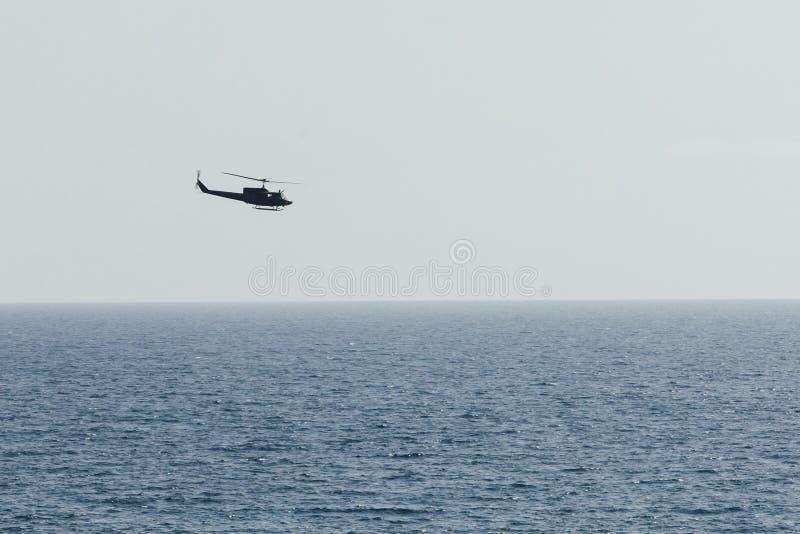 Śmigłowcowy latanie nad błękitnym morzem zdjęcie royalty free