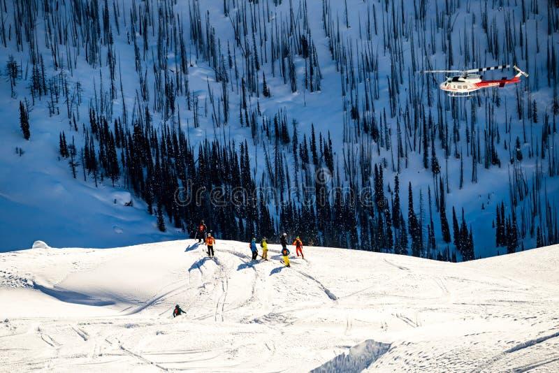 Śmigłowcowy latanie nad narciarkami obrazy royalty free