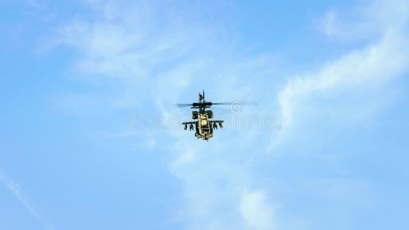 Śmigłowcowy latanie w błękitnym chmurnym niebie obraz stock