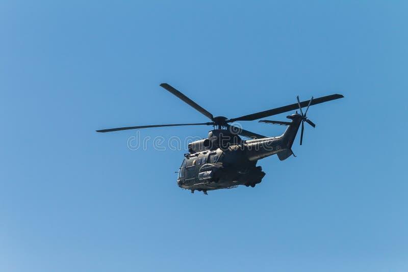 Śmigłowcowy Militarny Flying Blue niebo obraz stock