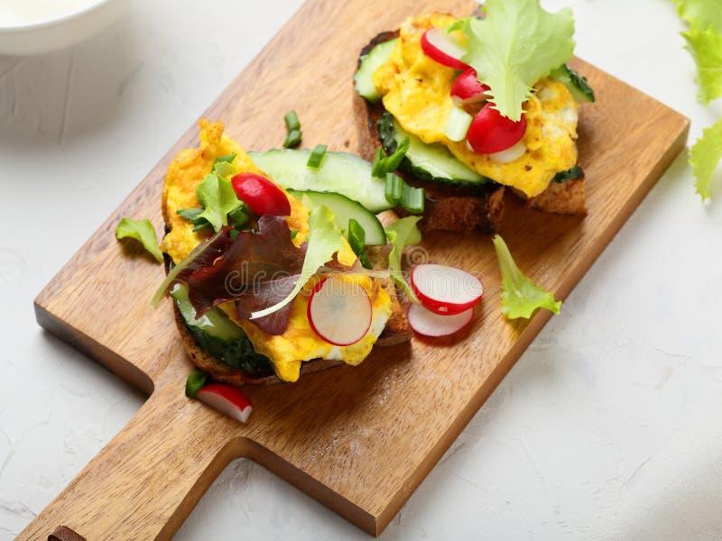 Śniadań rozdrapani jajka na chlebie fotografia royalty free
