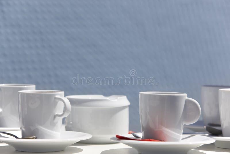 Śniadania usługowy przygotowywający słuzyć z błękitnym tła outdoo obrazy stock