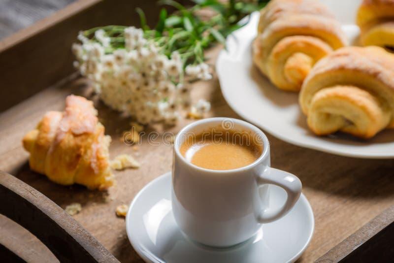 Śniadanie łóżko z gorącą kawą i kwiatami fotografia royalty free