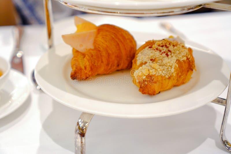Śniadanie Świeży croissant z baleronem, serem i dżemem na bielu talerzu, obraz stock