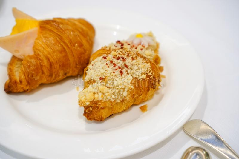 Śniadanie Świeży croissant z baleronem, serem i dżemem na bielu talerzu, obrazy stock