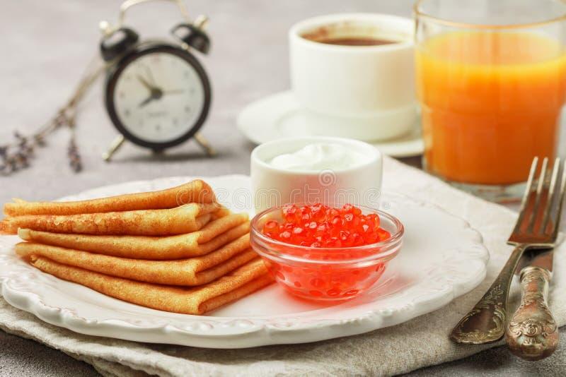 Śniadanie Ciency bliny z czerwonym kawiorem fotografia stock