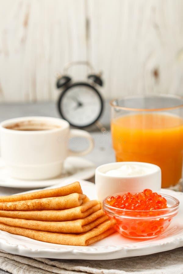 Śniadanie Ciency bliny z czerwonym kawiorem w białym pucharze zdjęcie stock