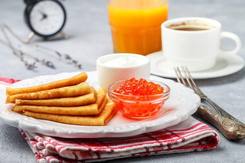 Śniadanie Ciency bliny z czerwonym kawiorem w białym pucharze fotografia stock