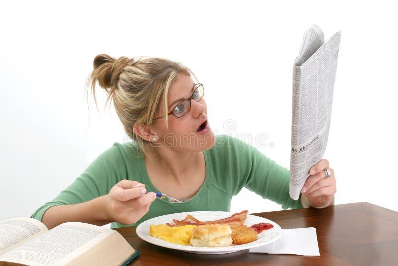 śniadanie gazetowi kobiet do potomstwa fotografia royalty free