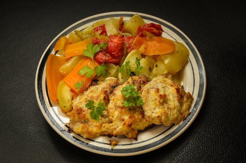 Śniadanie gotowani warzywa i kurczaków cutlets obrazy royalty free