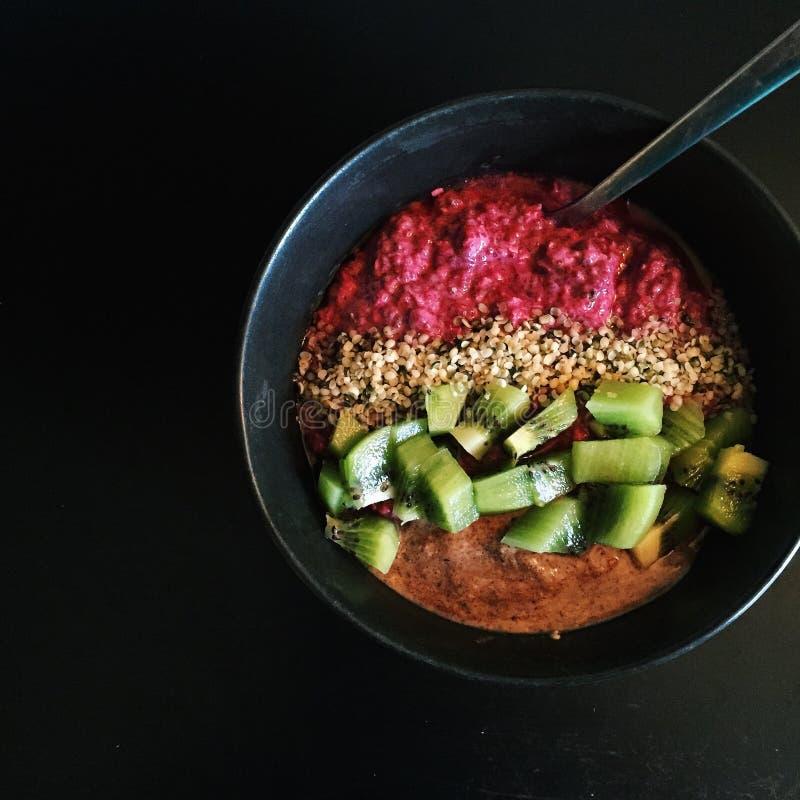 Śniadanie: Malinowy chia puchar z kiwifruit, konopiani ziarna, hazelnut masło fotografia stock