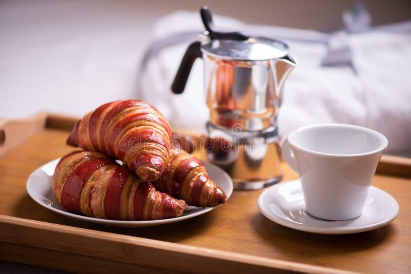 Śniadanie na łóżku w pokoju hotelowym zdjęcie royalty free