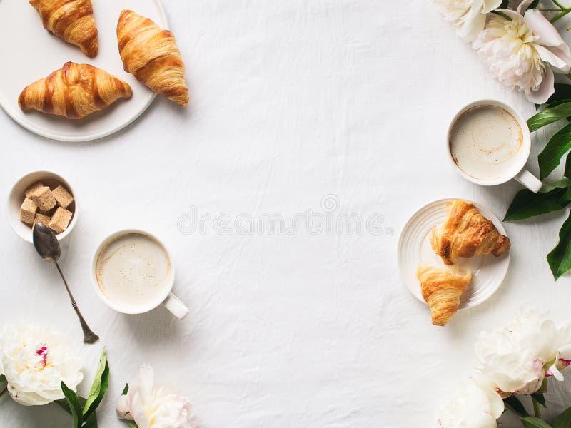 Śniadanie na białym mieszkaniu kłaść z kawą i croissants obrazy royalty free