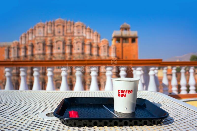 Śniadanie na dachu przegapia Hawa Mahal i Jaipur Hawa Mahal - świątynia wiatry obraz stock