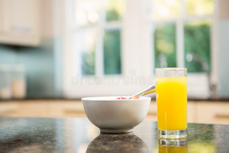Śniadanie na kuchennym kontuarze obrazy stock