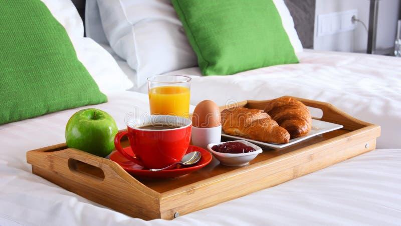 Śniadanie na tacy w łóżku w pokoju hotelowym obraz stock