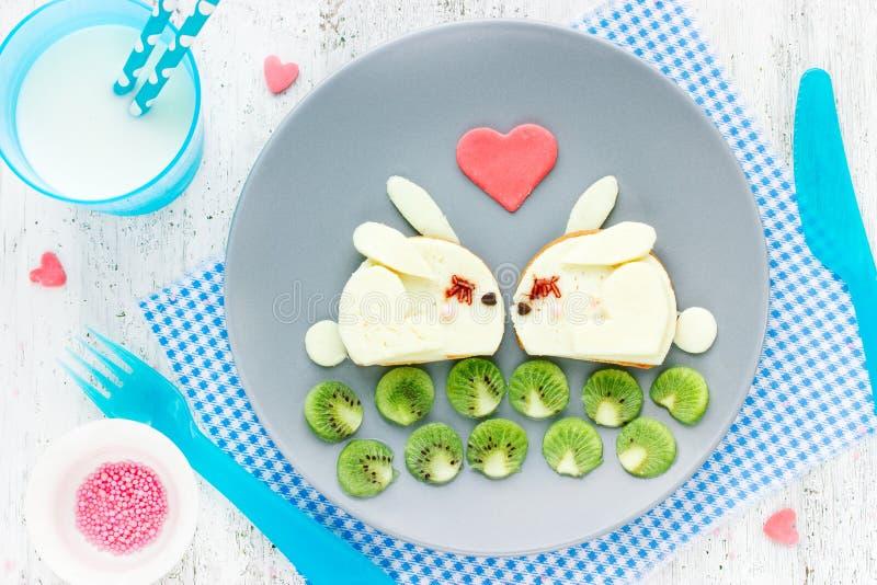 Śniadanie na walentynka dnia śmiesznej kanapce kształtował śliczną białą babeczkę zdjęcia stock