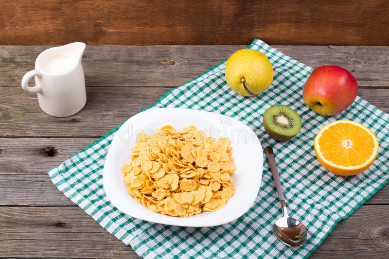 Śniadanie: płatki w talerzu, mleko w dzbanku fotografia royalty free