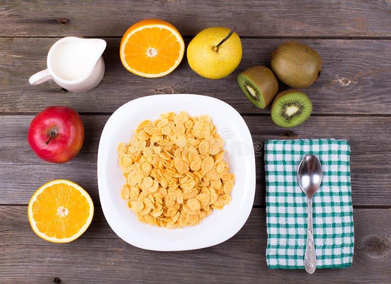 Śniadanie: płatki w talerzu, mleko w dzbanku obrazy royalty free