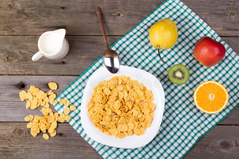 Śniadanie: płatki w talerzu, mleko w dzbanku zdjęcia royalty free