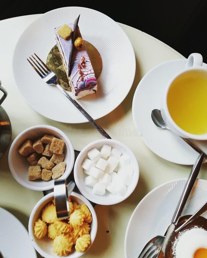 Śniadanie przy cukiernianym pieczeniem i herbatą obrazy stock