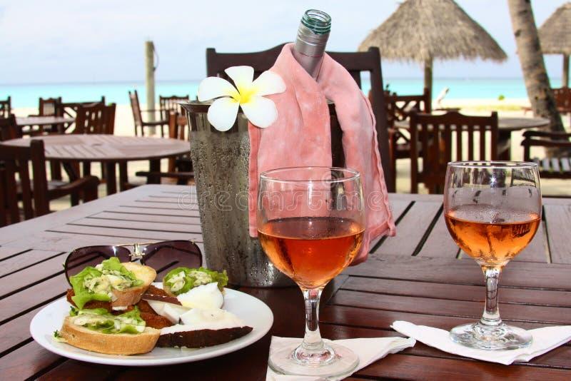 Śniadanie przy hotelem morzem zdjęcie stock