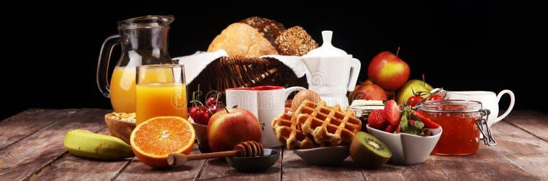Śniadanie słuzyć z kawą, sok pomarańczowy, croissants, truskawka, dżem i herbata, ?niadaniowy st?? obrazy stock
