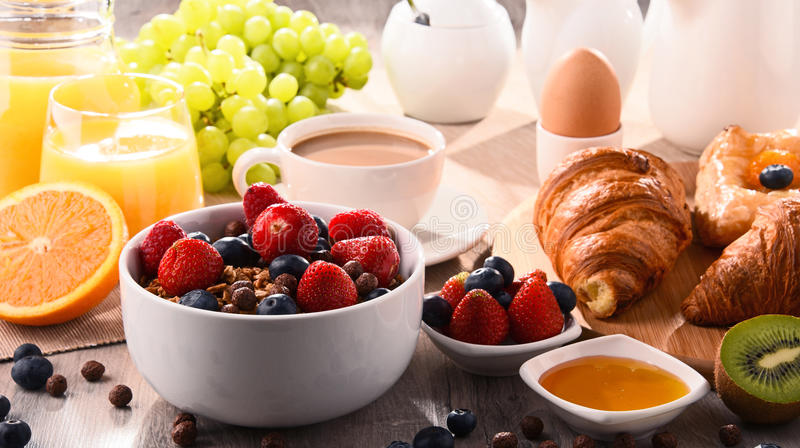 Śniadanie słuzyć z kawą, sokiem, croissants i owoc,
