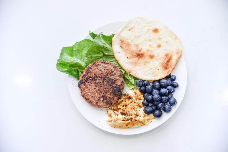 Śniadanie set, wołowina, omlet, czarna jagoda, warzywo, cienki blin obraz royalty free