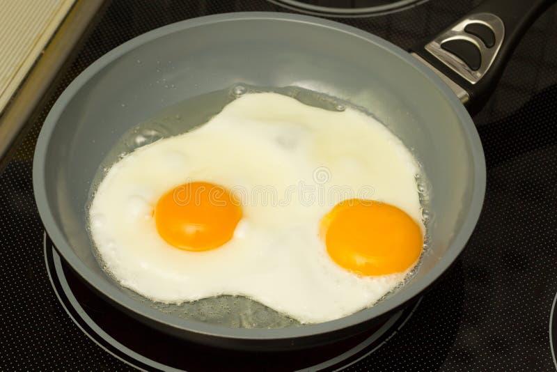 Śniadanie Smaży jajka proces zdjęcie royalty free