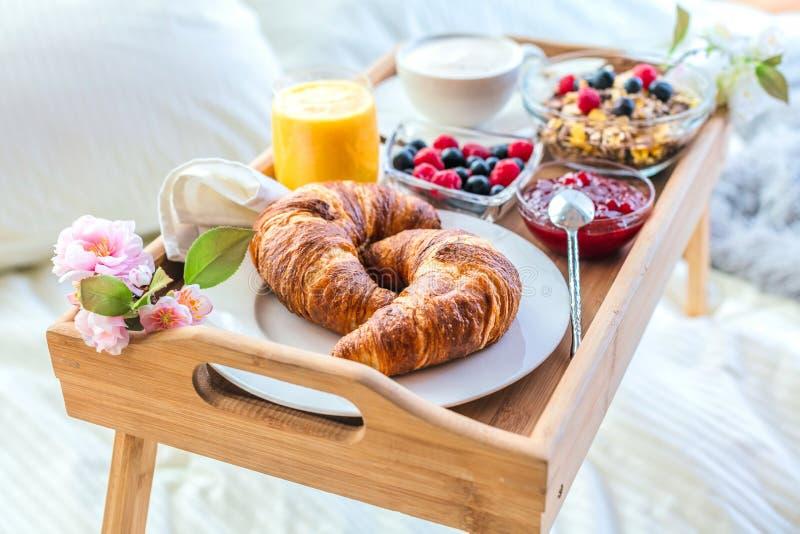 Śniadanie w łóżku z owoc i ciastami na tacy fotografia royalty free