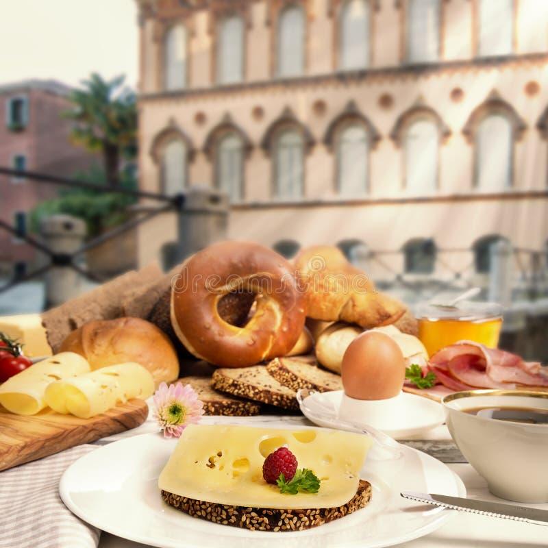Śniadanie w kawiarni z serowym chlebem, baleronem, dżemem, jajkiem i kawą, obrazy royalty free