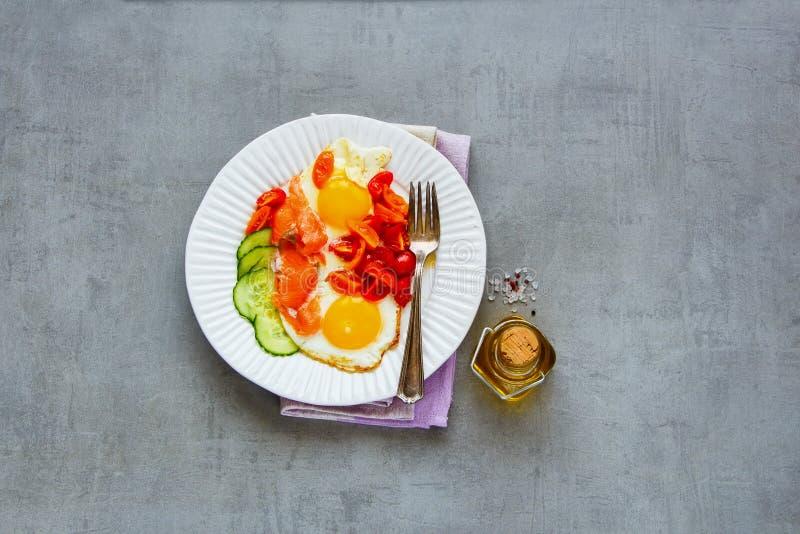 Śniadanie z łososiem i smażącymi jajkami zdjęcie royalty free