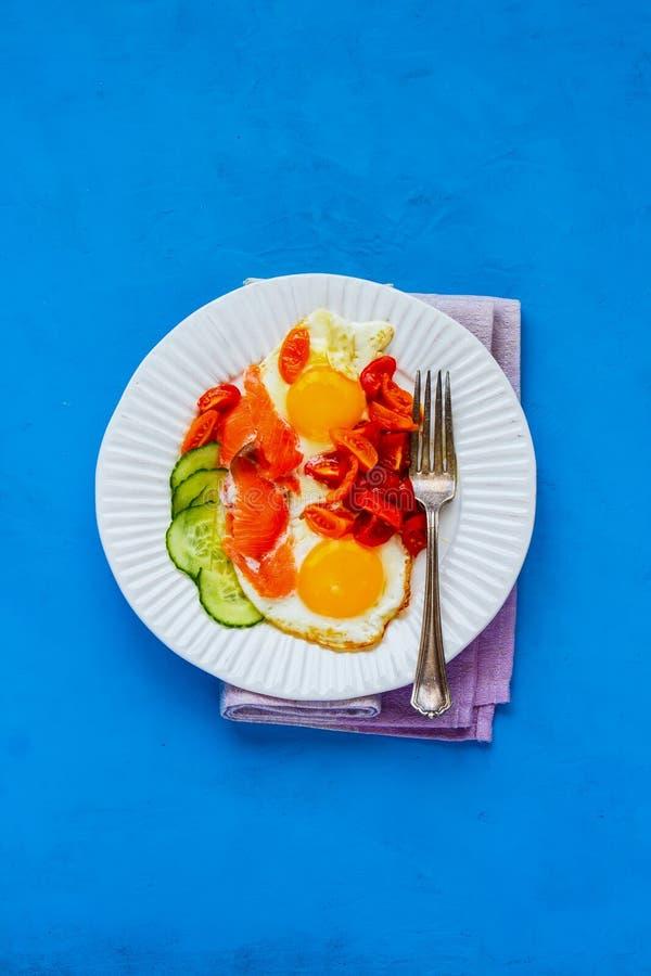 Śniadanie z łososiem i smażącymi jajkami obrazy stock