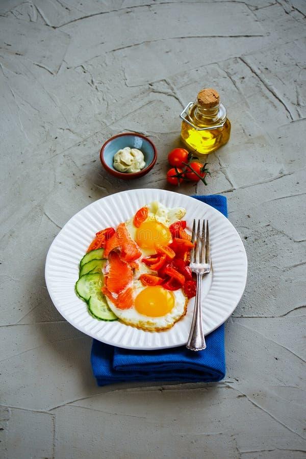 Śniadanie z łososiem i smażącymi jajkami zdjęcia royalty free