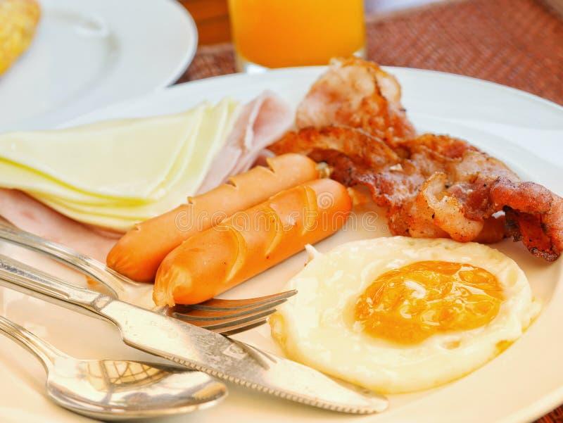 Śniadanie z baleronu bekonowym jajecznym serem kiełbasą i zdjęcia stock