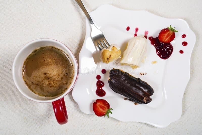 Śniadanie z coffe i eclair tortem zdjęcie royalty free