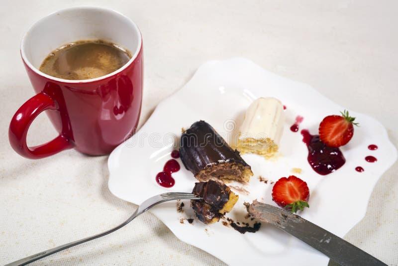 Śniadanie z coffe i eclair tortem obraz royalty free