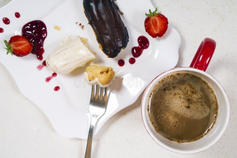 Śniadanie z coffe i eclair tortem fotografia royalty free